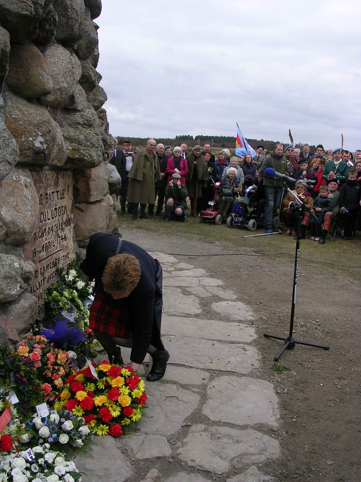Louisa_Cross_laying_Clan_Chattan_wreath_at_Culloden_Memorial